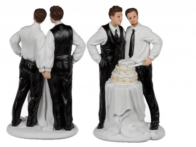 Männliches Hochzeitspaar mit Torte