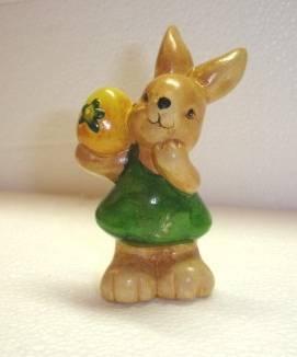 Dekohase in Grün mit Ei